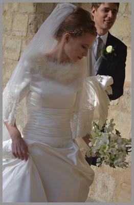 Robe de mariée avec boléro bordé de plume de marabout effet fourrure.